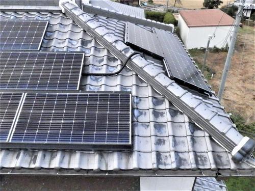 兵庫県加西市の一戸建て民家の屋根の太陽光発電システムの中にハトが住みついたので掃除とネット取り付け工事