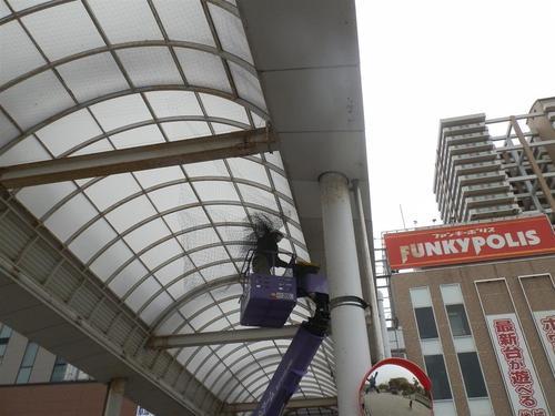 神戸市長田区の商店街のアーケードにネットを張るお仕事を頂きました。