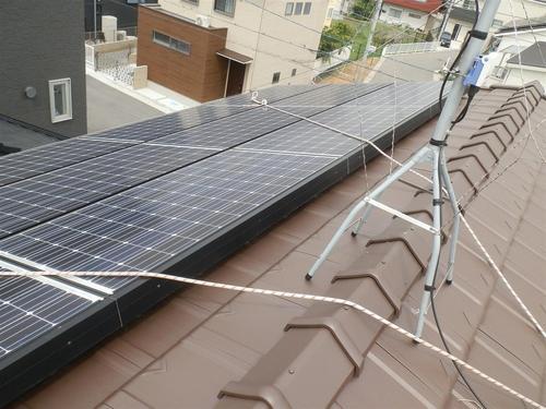今回のご依頼は明石市内の戸建ての住宅で、屋根の上のソーラーパネルの内側に住みついたハトの追い出しと巣の除去及びパネルの周りにネットを取り付けてハトが侵入しなくする工事です。