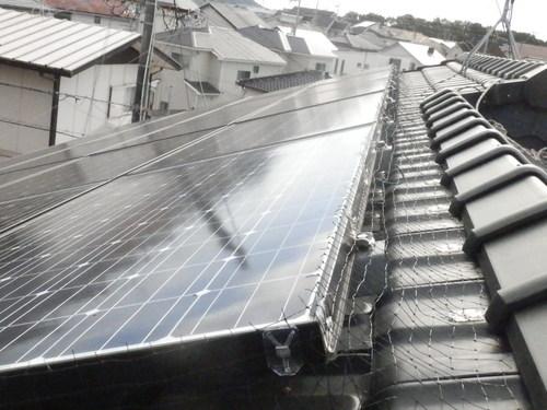 今回のご依頼は三木市内での一軒家の屋根の上のソーラーパネルに入り込んだハトの追い出しと進入できないようにネットを取り付ける工事です。