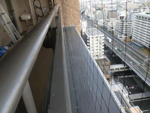 今回のお客様は神戸市長田区のマンションの方でベランダのはと糞掃除とはと除けネットの取り付けです。