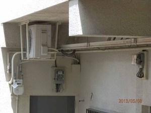 マンションの修理に伴うはと除けネット張りです。