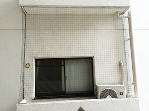 マンションのベランダのネット張り工事です。