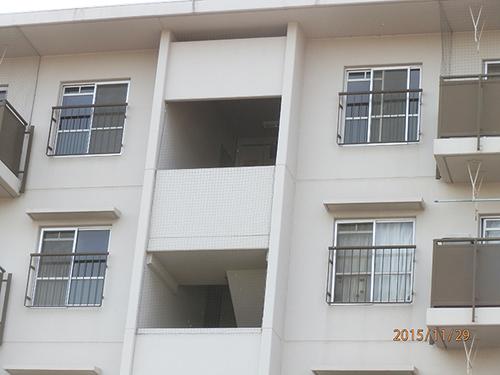 加古川市にある社宅の階段室部分のはと除けネット張り工事です。