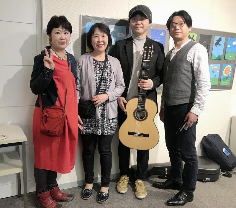 演奏後、ふみふみを囲んで。 絵本創作集団「プラスワン」メンバーの 春日井さんノナさんと共に。  つながるご縁に感謝です。