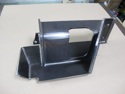 【歪みなく全周溶接で組み上げ】油圧系機器の保護カバー