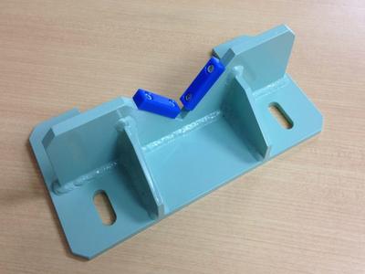 【溶接歪み・外観品質を考慮したV字ブラケット】搬送装置用ヤゲンブラケット