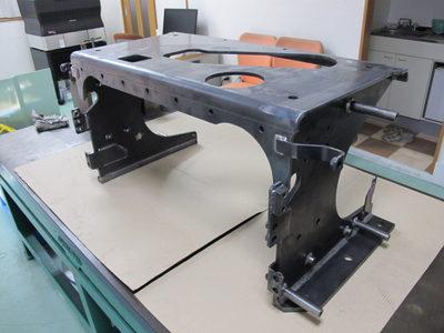 【脚長に変化を持たせて強度を確保した溶接組立品】建設機械の作動油タンク台