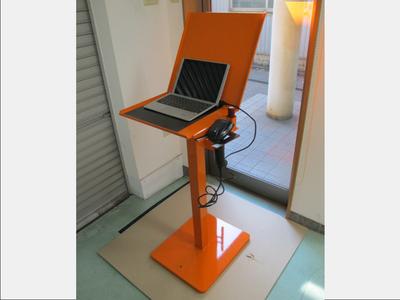 【設計から一貫対応・重心を下げて転倒防止】工場内でPC・タブレット端末を置く架台