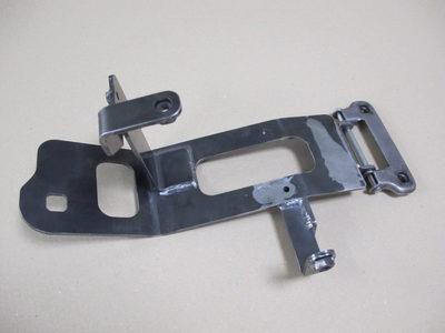 【歪み・伸びを抑えた薄板の溶接組立品】建設機械の運転席の扉をつなぐ留め具