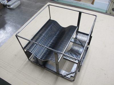【鉄の薄板の曲げ加工・溶接組立で改良・軽量化】自動車工場で使用する専用台車・搬送装置
