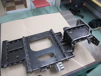 【部品点数が多い中厚板の高精度溶接組立品・完品溶接】運転席のベース部品・支持ブラケット