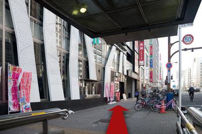 地下鉄栄駅1番出口から出て北上(市役所方面)します